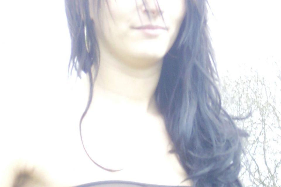Nippelgepiercte Frau